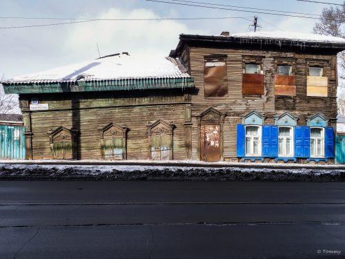 schiefe Häuserfront, Irkutstk, Russland
